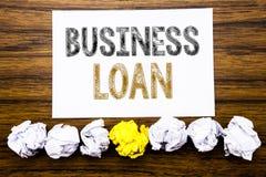 Słowo, pisze Biznesowej pożyczce Pojęcie dla Pożyczać finanse kredyt Pisać na kleistym nutowego papieru przypomnieniu, drewniany  zdjęcie royalty free