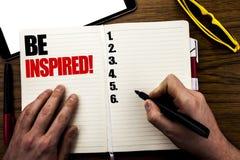 Słowo, pisze Inspirował Biznesowy pojęcie dla inspiraci, motywacja Pisać na książce, drewniany tło z biznesmen ręką, zdjęcia stock