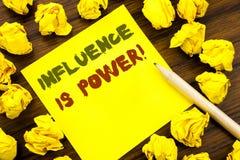 Słowo, pisze oddziaływaniu Jest władzą Biznesowy pojęcie dla perswadowanie strategii Pisać na kleistym nutowym papierze, drewnian zdjęcie stock