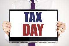Słowo, pisze podatku dniu Biznesowy pojęcie dla dochodu opodatkowania zwrota Pisać na pastylka laptopu mieniu mężczyzna zamazywał obraz royalty free
