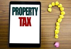 Słowo, pisze podatku majątkowym Biznesowy pojęcie dla nieruchomość dochodu opodatkowania Pisać na pastylce, drewniany tło z znaki zdjęcia stock