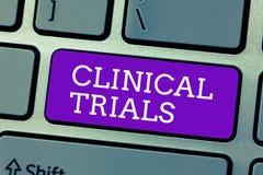 Słowo pisze tekst próbach klinicznych Biznesowy pojęcie dla Badawczego dochodzenia nowi traktowania pokazywać zdjęcia stock