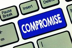 Słowo pisze teksta kompromisie Biznesowy pojęcie dla Przychodzi zgoda wspólną koncesją Daje Wyjawia exposé obrazy stock