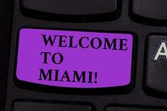 Słowo pisze teksta powitaniu Miami Biznesowy pojęcie dla Przyjeżdżać Floryda miasta lata plaży wakacje pogodna klawiatura obrazy royalty free