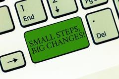 Słowo pisze tekstowi Małych krokach Duże zmiany Biznesowy pojęcie dla Robić małych rzeczy osiągać wielkich cele Klawiaturowych ilustracji