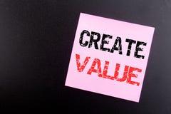 Słowo, pisze Tworzy wartość Biznesowy pojęcie dla Tworzyć motywację pisać na kleistej notatce, czarny tło z kopii przestrzenią zdjęcia stock