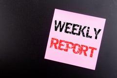 Słowo, pisze Tygodniowym raporcie Biznesowy pojęcie dla Analizować występ pisać na kleistej notatce, czarny tło z kopii przestrze Obrazy Stock