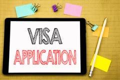 Słowo, pisze wniosku wizowym Biznesowy pojęcie dla paszporta Stosuje Pisze na pastylka laptopie, drewniany tło z kleistą notatką  Obrazy Royalty Free