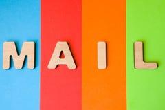 Słowo poczta wielcy drewniani listy na barwionym tle 4 koloru, popularnym w logach cyfrowe lub internet firmy: błękit, Oran zdjęcia royalty free