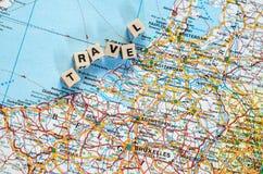 Słowo podróż pisać w sześcianach i mapie Zdjęcie Stock