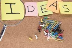 Słowo pomysły z paperclips i desek szpilkami Obrazy Royalty Free