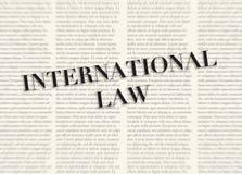 Słowo prawo międzynarodowe pisać i podkreślający przed zamazanymi tekst kolumnami na tle jasnożółty kolor royalty ilustracja