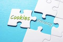 Słowo prywatność W chybianie kawałka wyrzynarki łamigłówce I ciastka obrazy stock