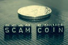 Słowo przekrętu moneta robić czarni sześciany na popielatym obraz royalty free