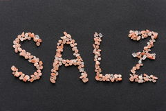 Słowo Salz pisać w różowych Hymalayan soli kryształach Fotografia Royalty Free