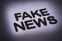 słowo &-x22; sfałszowany news&-x22; obrazy stock