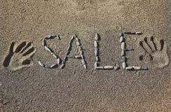Słowo sprzedaż na piasku obrazy royalty free