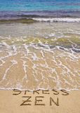 Słowo stres i Zen pisać na piasku, stresu słowo myjemy daleko od fala Fotografia Stock