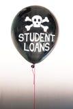 Słowo studenckie pożyczki w bielu, czaszka i krzyż kości na balonie ilustruje pojęcie długu bąbel Obrazy Stock