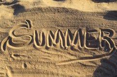 Słowo & x22; Summer& x22; ręcznie pisany na piasku, odgórny widok fotografia royalty free
