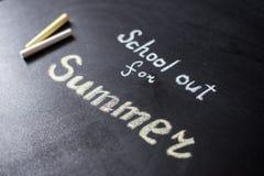 Słowo szkoła Out pisać na chalkboard Obrazy Royalty Free