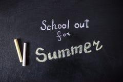Słowo szkoła Out pisać na chalkboard Zdjęcia Royalty Free