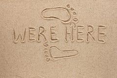 Słowo tutaj napisał na piasku zdjęcia stock