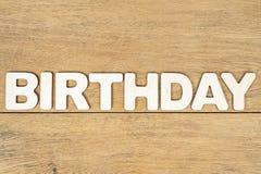 Słowo urodziny na drewnianej desce obrazy stock