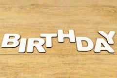 Słowo urodziny na drewnianym stole zdjęcie royalty free