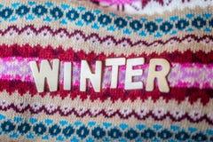 Słowo zima z drewnianymi listami Pojęcie ciepło i cozyness dom podczas zimnych zima czasów obraz royalty free