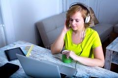Słuchać muzyka przy nocą na laptopie obrazy stock