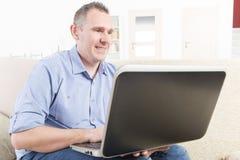 Słuchać - nadwyrężony mężczyzna pracuje z laptopem fotografia stock