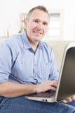 Słuchać - nadwyrężony mężczyzna pracuje z laptopem Fotografia Royalty Free