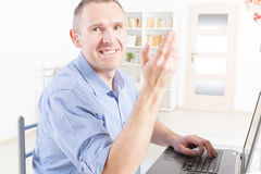 Słuchać - nadwyrężony mężczyzna pracuje z laptopem zdjęcia stock