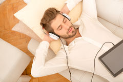 słuchał muzyki człowiek young Zdjęcie Stock