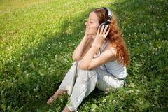 słucha muzykę zdjęcia stock
