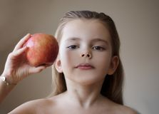 Słucha porady i je równie wiele owoc, zdjęcie stock