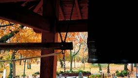 Słucha trzy resonansu Japoński świątynny dzwon i huki Ten dzwon jest w Duluth, MN zbiory wideo