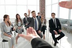 Słuchacz pyta pytanie trener przy biznesowym konwersatorium fotografia stock