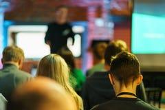 Słuchacz wyszkolona widownia Młodzi ludzie widowni słuchają mówcy podczas wykładu, szkolenia lub prezentacji, obraz royalty free