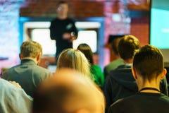 Słuchacz wyszkolona widownia Młodzi ludzie widowni słuchają mówcy podczas wykładu, szkolenia lub prezentacji, zdjęcia stock