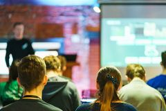 Słuchacz wyszkolona widownia Młodzi ludzie widowni słuchają mówcy podczas wykładu, szkolenia lub prezentacji, zdjęcia royalty free