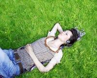 słuchająca muzyczna kobieta Zdjęcie Royalty Free
