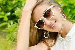 słuchająca muzyczna kobieta Obrazy Royalty Free