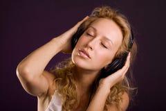 słuchająca muzyka Obrazy Royalty Free