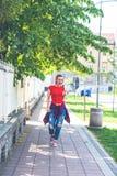 Słuchającej ładnej melodii kobiety słuchająca muzyka w hełmofonach, miastowy ulica styl zdjęcia royalty free