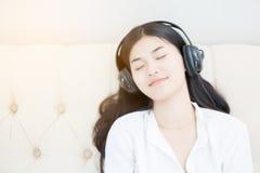 słuchającej muzyki zrelaksowana kobieta obrazy royalty free