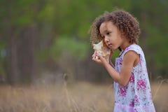 słuchający dziewczyny morze zdjęcie stock