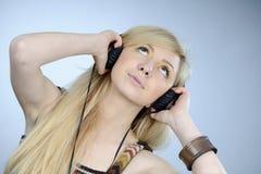 słuchający muzyczny nastoletni Obraz Royalty Free