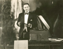 Słuchający muzyka staromodnego sposób obraz royalty free